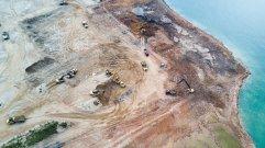 这个集装箱码头项目的空中俯瞰图。 (Sim Chi Yin/VII, for The New York Times)